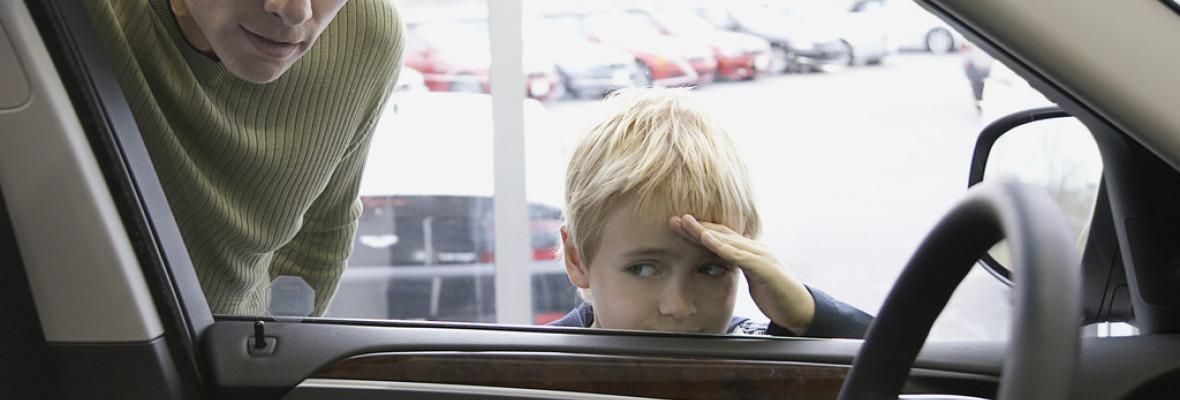 junge-schaut-in-auto